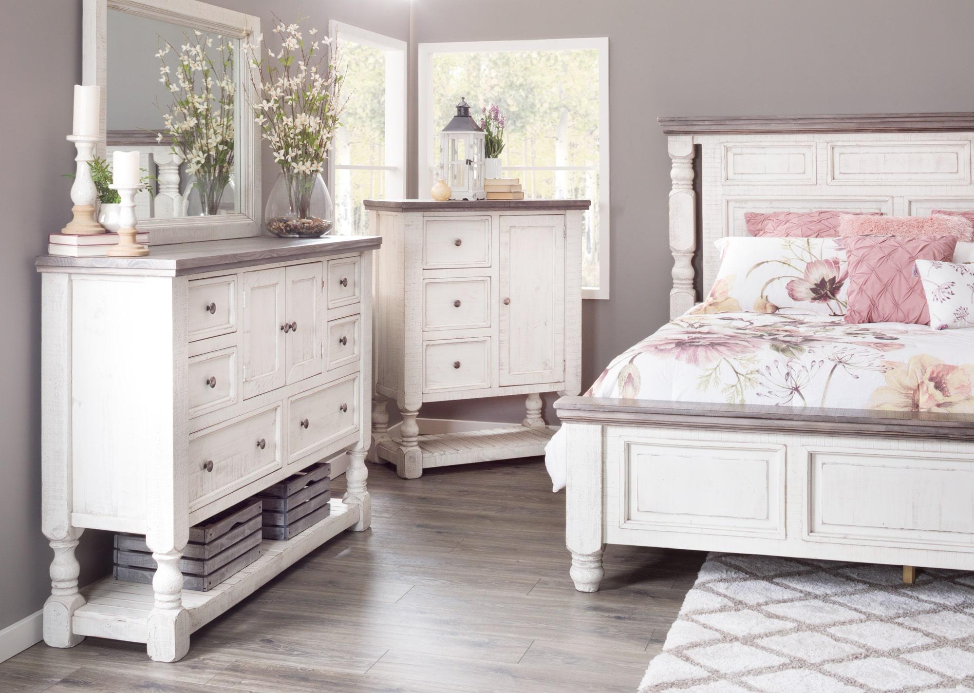 Creating a Cozy Vintage Bedroom | AFW.com